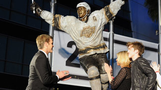 Luc Robitaille honored with statue outside Staples Center